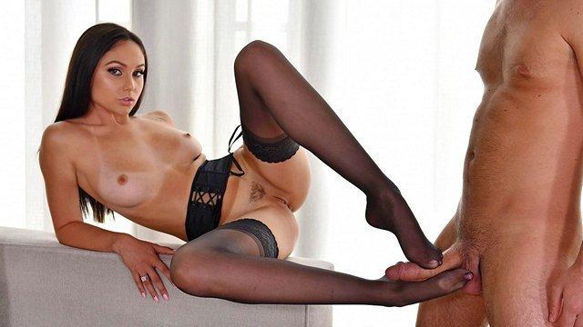 Ножки порно Загадочная девушка в чулках замечательно дрочит член ногами и рассчитывает получить сперму наружу видео