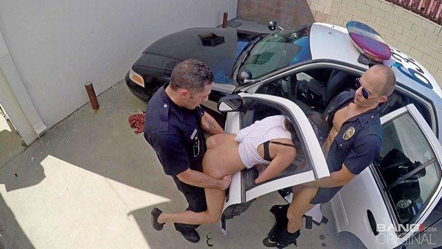 Латинки порно Бодрая нарушительница пососала хуи двух полицейских и бесценно трахается с ними в подворотне видео