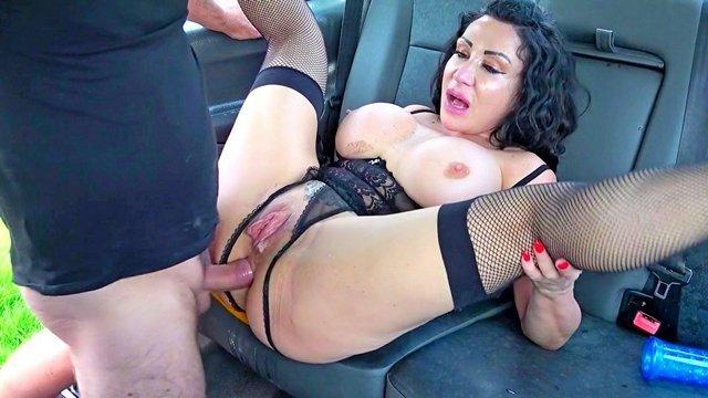Старые Бабы порно Заводная пассажирка занимается первоклассной дрочкой пизды в такси и соблазняет водителя на трах видео