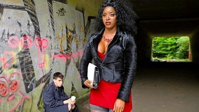 порно Азартная чернокожая матюра с большой грудью решила перепихнуться с белокожим бомжом в поисках приключений видео