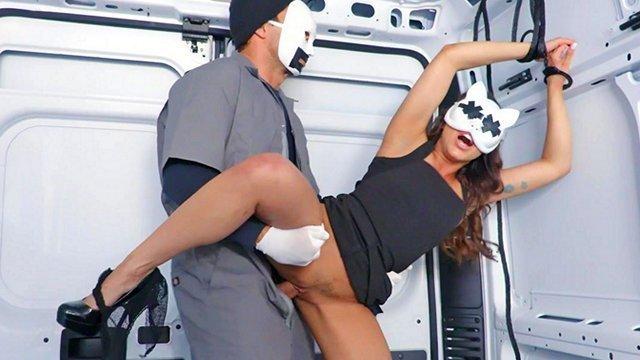 Бондаж порно Утонченная девица оказалась в машине у ненасытного злодея и вынуждена ебаться в беспомощном виде видео