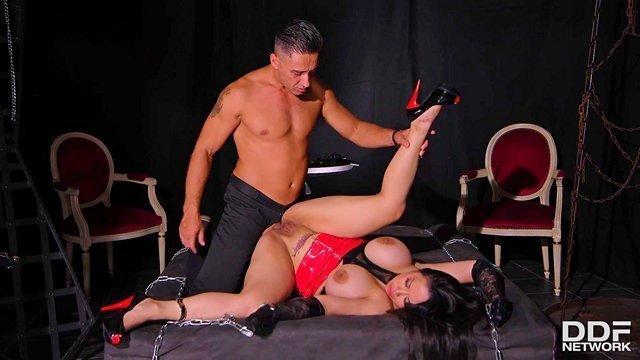 Бондаж порно Необузданная заматерелая домохозяйка с крупными сиськами брутально ебется в жопу со своим господином видео