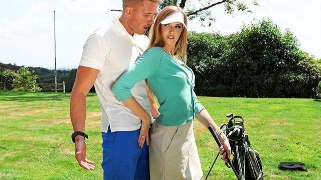 Зрелые порно Ослепительная матерая дама совращает тренера по гольфу и яростно ебется с ним ради крутого оргазма видео