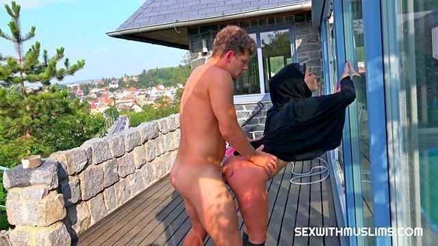 Зрелые порно Цветущая старая мусульманка озверело ебется с молодым парнем на балконе и высасывает его сперму видео