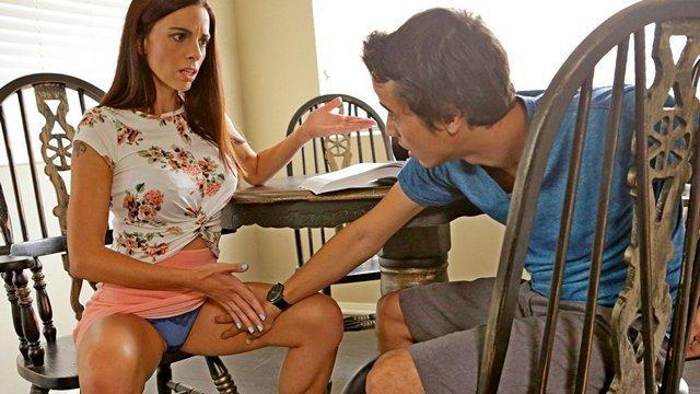 Зрелые порно Профессиональная милфа не в силах устоять перед членом студента и горячо делает минет пареньку видео