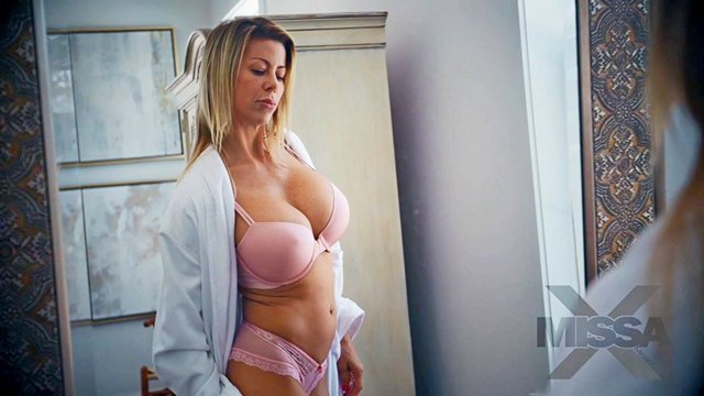 Зрелые порно Энергичная сиськастая мать за 30 делает минет собственному сыну и неистово трахается в постели видео