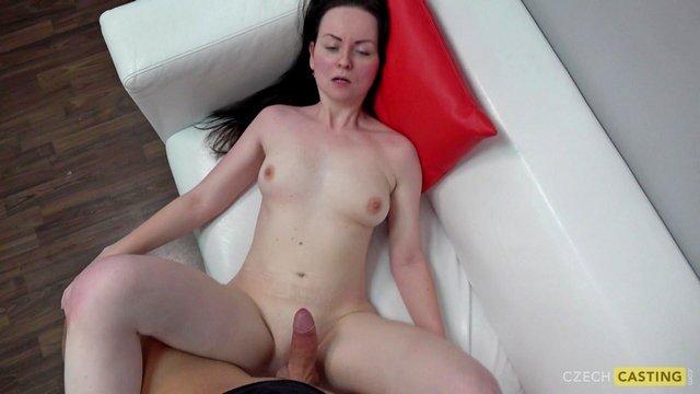 Кастинг порно Азартная кандидатка возвышенно сосет член порно агента и необузданно трахается на кастинге видео