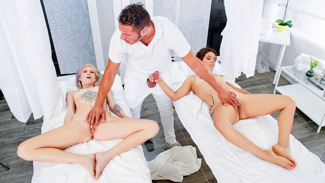 порно Взрывные клиентки массажиста возбудились от его прикосновений и жестоко ебутся с мужиком всем скопом видео