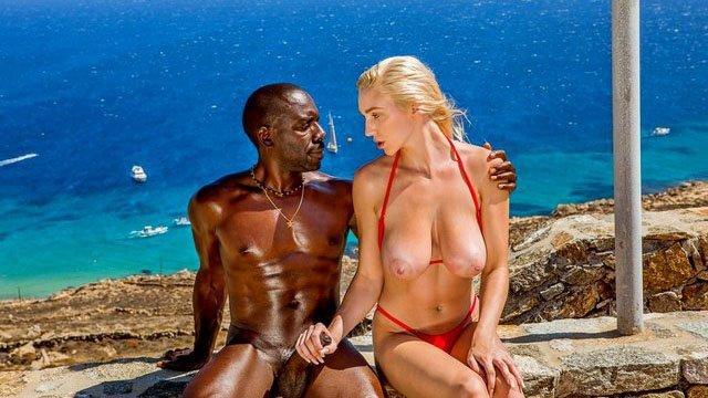 На Публике порно Взрывная девица с большими дойками соблазнилась чернокожим парнем и бешено лижет хуй на улице видео