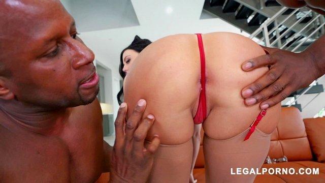 порно Завораживающая сучка с крупной жопенью уверенно отсосала у негров и неистово ебется в анал с ними видео