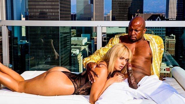 С Неграми порно Завораживающая блондинка выпила шампанского в компании негра и засосала его впечатляющий член видео