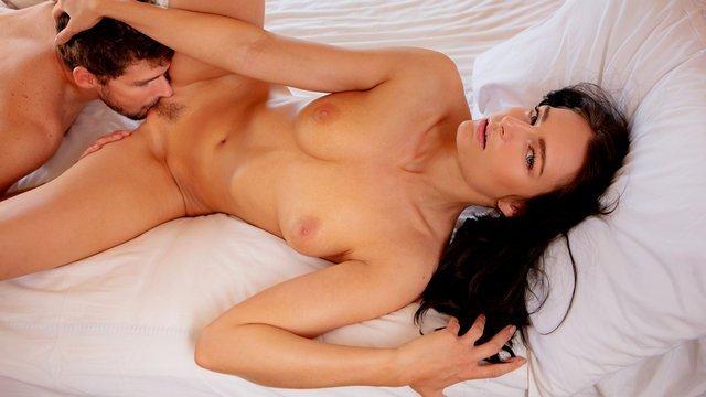 порно Сногсшибательная красотка вылизывает член поклонника и предлагает вкусный секс с множеством кончи видео