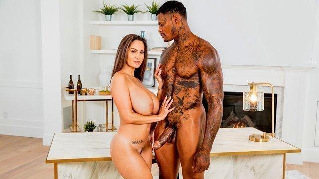 С Неграми порно Восхитительная и дивная дама с крупной грудью зверски вылизывает громадный хуй негра и зверски трахается видео