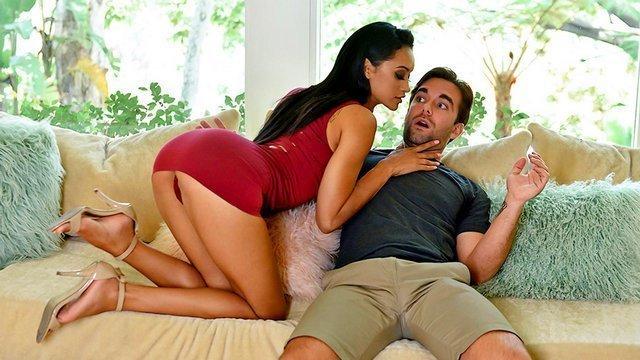 Мамки порно Пленительная шлюшка непосредственно вылизала член своего гостя и жестко потрахалась с ним видео