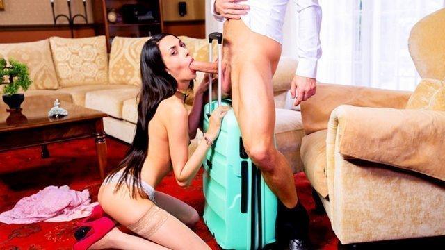 порно Знойная и яркая развратница делает беспредельный минет хозяину дома и готовится с ним поебаться видео