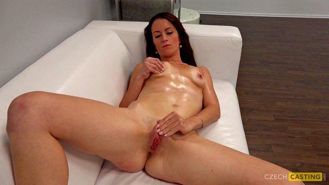 Кастинг порно Невероятно рисковая кандидатка делает отсос порно агенту и сурово ебется в анальную дырку на диване видео