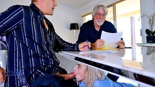 Блондинки порно Любопытная дочь берет в рот у друга своего отца и стремится беспощадно поебаться с ним поскорее видео