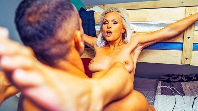 Мамки порно Обворожительная и потрясающая хозяйка гостиницы вылизывает член киллера и жестко соблазняет его видео