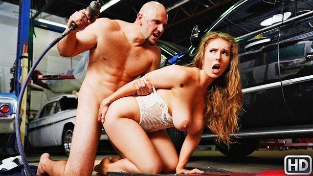 порно Обалденная владелица машины с крупными буферами глотает хуй автослесаря и немилосердно трахается видео