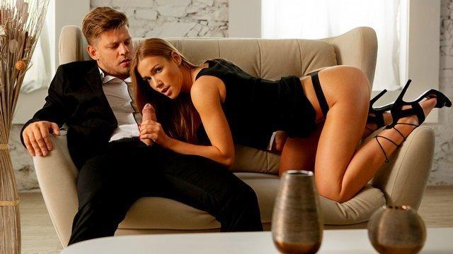 Оргазм порно Сексуальная девушка фантастично глотает хуй пришедшего кавалера и жестко трахается с ним на диване видео