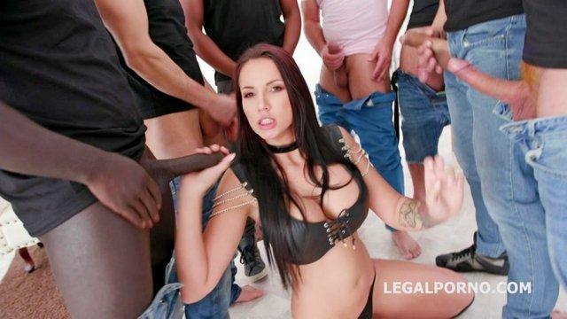 порно Сексуальная потаскуха бешено вылизывает члены ухажеров и чудно ебется в попку до полного кайфа видео