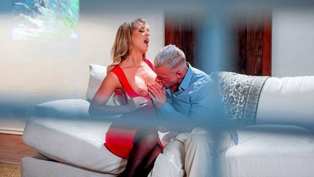Дойки порно Умелая бабенка с массивными грудями трахается с любовником и попадается на камеру фотографу видео