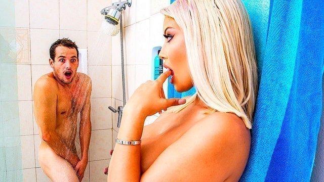 Мамки порно Необычайно жизнерадостная баба с массивными титями застала чувака моющимся в душе и хочет ебаться видео
