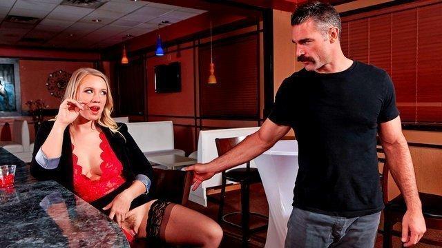 XXX Порно Приятная пьяная девка показывает пизду за барной стойкой и неистово глотает хуй мужика в туалете HD секс видео
