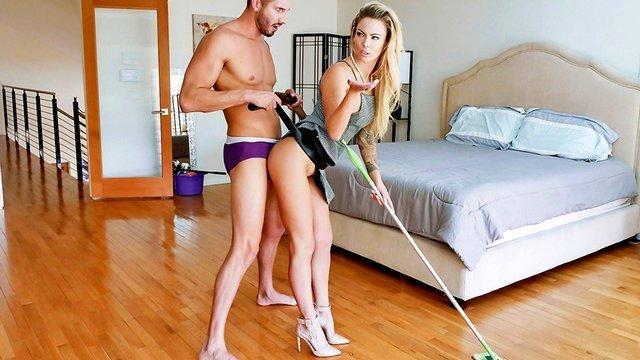 Порно Босс Шикарная женушка озверело ебется с мужем во время уборки дома и искусно кончает от его траха HD секс видео