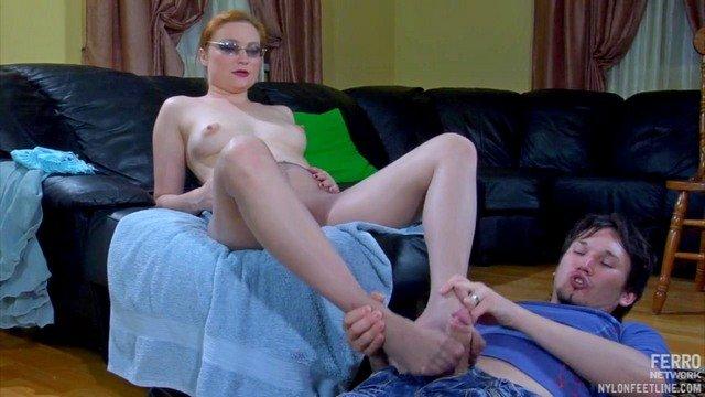 Ножки порно Великолепная русская баба в колготах дрочит хуй поклонника и разрешает погрузить член в ее лоно видео