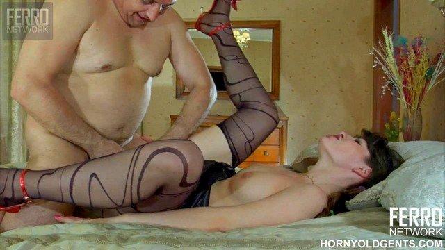Ножки порно Привлекательная русская сотрудница отсосала хуй босса и разрешила ему выебать ее в жестком стиле видео