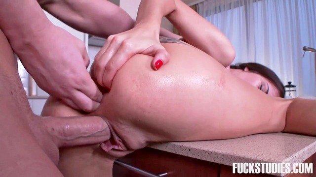 порно Необузданная и умопомрачительная деваха отсосала хуй однокурсника и жестко трахается в анал на кухне видео