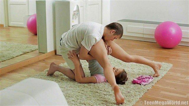порно Веселая и откровенная русская девушка занимается гимнастикой и успевает поебаться со своим тренером видео