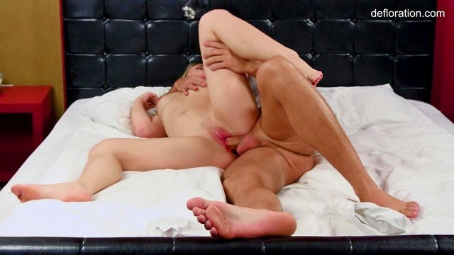 XXX Порно Знойная девушка вынуждена лишиться девственности в объятиях грубого и опытного мужчины HD секс видео