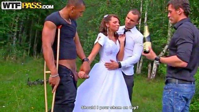 порно Фееричная русская невеста ебется на природе со своим женихом и его друзьями до полного удовлетворения видео