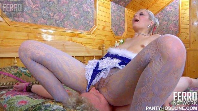 Ножки порно Неистовая и эротичная деваха привязала мужика к кровати и принялась развлекаться с его твердым хуем видео