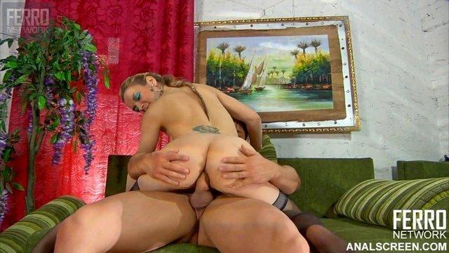 Ножки порно Изумительная и откровенная деваха в чулках не отказалась жестоко потрахаться в анал после приставаний пацана видео